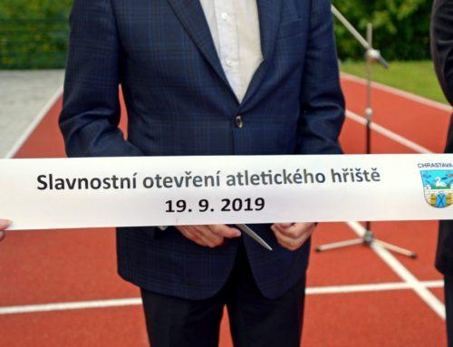 Slavnostní otevření školního hřiště CHRASTAVA sprinterem Pavlem Maslákem